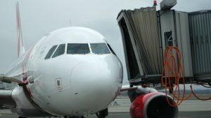 Nástupní most přijíždí ke dveřím letadla. Konečně můžeme ven.