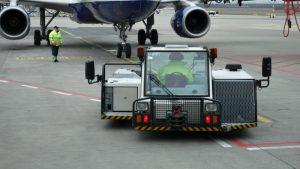 Push back se chystá na vytlačení letounu společnosti British Airways